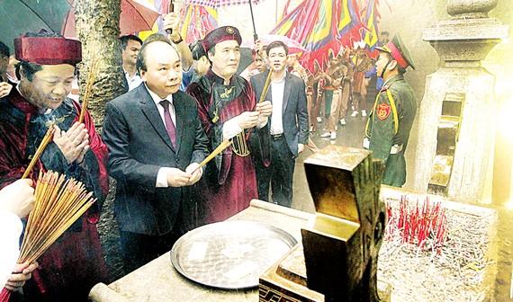 Thủ tướng Nguyễn Xuân Phúc và các đại biểu dâng hương tại Lăng Vua Hùng thuộc Khu di tích lịch sử Quốc gia đặc biệt Đền Hùng. Ảnh: TTXVN