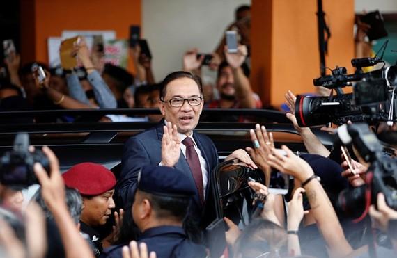 Ông Anwar Ibrahim sau khi được ân xá