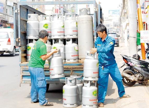 Đưa gas vào một cửa hàng cung ứng cho người dân. Ảnh:Cao Thăng