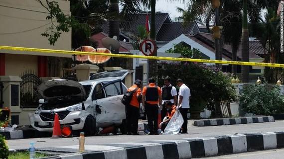 Cảnh sát Indonesia kiểm tra một chiếc xe được sử dụng bởi những kẻ tấn công bên ngoài trụ sở cảnh sát ở Pekanbaru, Riau. Ảnh: CNN