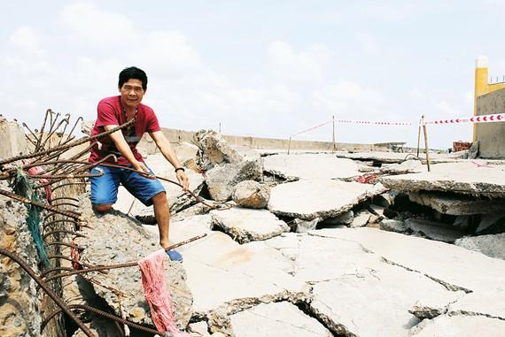 Kè Gành Hào (thị trấn Gành Hào, huyện Đông Hải, tỉnh Bạc Liêu) dù được xây dựng kiên cố nhưng chỉ mới hơn 10 năm đã bị sạt lở nghiêm trọng do không chịu nổi tác động trực tiếp của sóng biển. Ảnh: NGỌC CHÁNH
