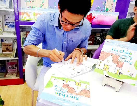 Nhà thơ Nguyễn Phong Việt giới thiệu sách Xin chào những buổi sáng đến bạn đọc nhỏ tuổi
