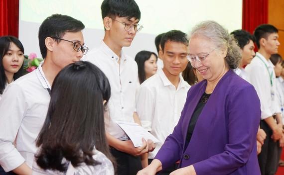 BS Trương Thị Xuân Liễu, Chủ tịch Hội đồng quản lý Quỹ học bổng Nguyễn Văn Hưởng trao học bổng cho sinh viên ĐH Y Dược TPHCM