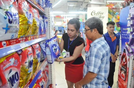 Mua sản phẩm xanh tại Co.opmart Cống Quỳnh. Ảnh: CAO THĂNG