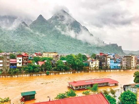 Nước sông Lô ở TP Hà Giang dâng cao chiều 24-6 do các thủy điện thượng nguồn xả lũ