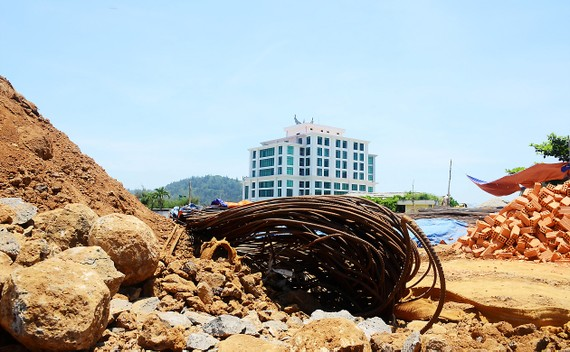 Chủ đầu tư dự án khách sạn đào bới, xây dựng ngổn ngang trên đất quốc phòng đảo tiền tiêu Lý Sơn