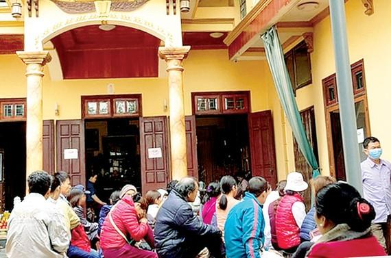 Người dân chầu trực tại nhà ông lang Chung ở Vĩnh Phúc để chữa ung thư