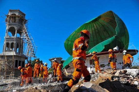 Lực lượng cứu hộ tìm kiếm nạn nhân sau trận động đất ở đảo Lombok của Indonesia ngày 7-8. Ảnh: THX/TTXVN