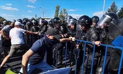 Cảnh sát Romania cố gắng ngăn chặn những người biểu tình quá khích tại Bucharest