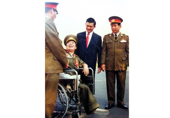 Các đồng chí lãnh đạo Đảng, Nhà nước, Bộ Quốc phòng trong một lần thăm hỏi Anh hùng LLVTND Nguyễn Văn Thương