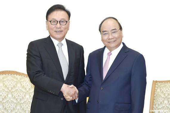 Thủ tướng Nguyễn Xuân Phúc tiếp Tổng Lãnh sự Danh dự Việt Nam tại khu vực Busan - Kyeongnam, Hàn Quốc, ông Park Soo Kwan. Ảnh: VGP