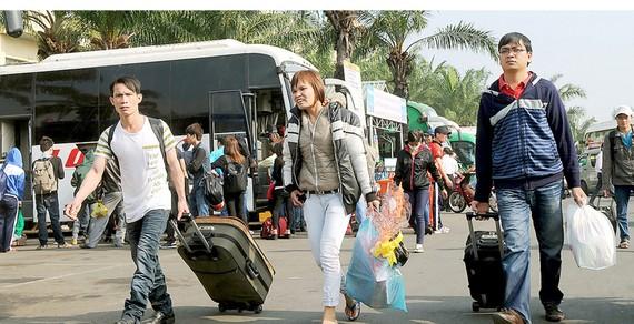 Di dời Bến xe miền Đông ra xa trung tâm sẽ gây khó khăn cho hàng chục ngàn hành khách mỗi ngày. Ảnh: CAO THĂNG