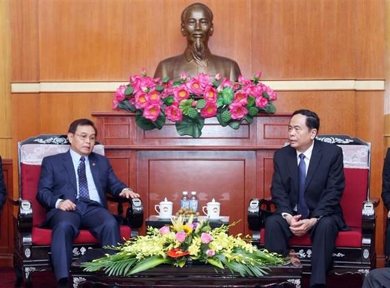 Đồng chí Trần Thanh Mẫn tiếp Chủ tịch Ủy ban Trung ương Mặt trận Lào xây dựng đất nước đồng chí Saysomphone Phomvihane. Ảnh: TTXVN