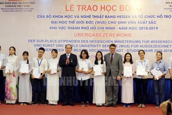 Bí thư Thành ủy TPHCM Nguyễn Thiện Nhân và Bộ trưởng Bộ Khoa học và Nghệ thuật bang Hessen Boris Rhein trao học bổng cho các sinh viên. Ảnh: thanhuytphcm.vn
