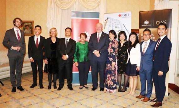 Toàn quyền Australia Peter Cosgrove cùng Phu nhân và Tổng Lãnh sự Trịnh Đức Hải chụp ảnh với các thành viên sáng lập và điều hành AVYLD. Ảnh: Vietnam+
