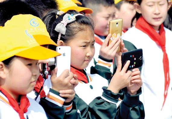 Cấm học sinh dùng điện thoại di động và máy tính bảng