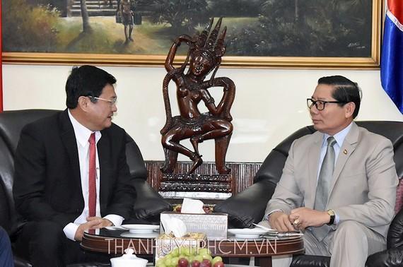 Phó Chủ tịch UBND TPHCM Huỳnh Cách Mạng chúc mừng kỷ niệm 65 năm Ngày Độc lập Vương quốc Campuchia đến Tổng Lãnh sự Vương quốc Campuchia tại TPHCM Im Hen. Ảnh: hcmcpv