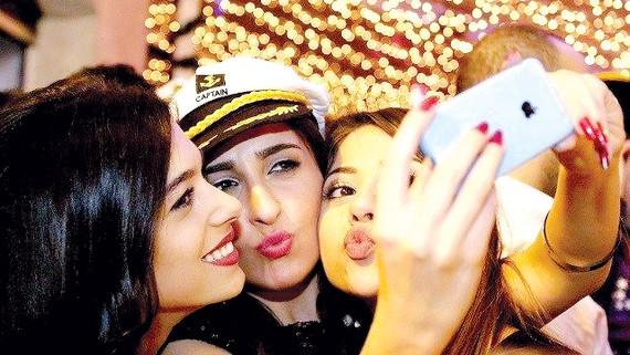 Chụp hình selfie làm hư hại tác phẩm nghệ thuật
