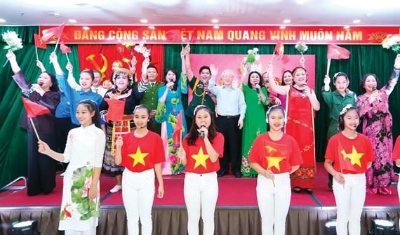 Tổng Bí thư, Chủ tịch nước Nguyễn Phú Trọng tham gia văn nghệ cùng cán bộ, nhân dân địa bàn dân cư số 6, phường Nguyễn Du