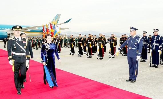 Nghi lễ đón Chủ tịch Quốc hội Nguyễn Thị Kim Ngân tại sân bay Seongnam ở Thủ đô Seoul. Ảnh: TTXVN