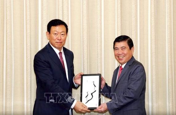 Chủ tịch UBND TPHCM Nguyễn Thành Phong tiếp ông Shin Dong Bin, Chủ tịch Tập đoàn Lotte (Hàn Quốc). Ảnh: TTXVN