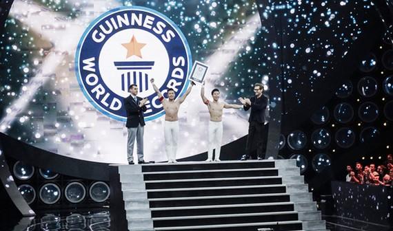 """""""Hoàng tử xiếc"""" Quốc Cơ - Quốc Nghiệp xác lập kỷ lục Guinness thế giới"""