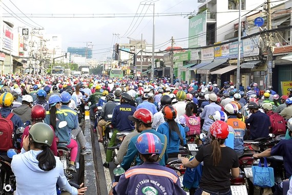 A traffic jam on Huỳnh Tấn Phát Street in HCM City.The city is developing a smart traffic operation centre which will provide the public with information about traffic conditions through electric boards, smartphone applications and radios.— VNA/VNS Photo
