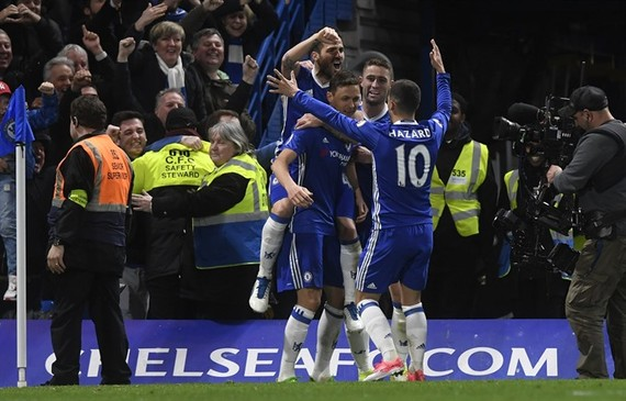 Chelsea's Nemanja Matic (centre) is congratulated by teammates after scoring a goal during the English Premier League football match between Chelsea FC and Middlesborough FC at Stamford Bridge in London, Britain on Monday. EPA/VNA