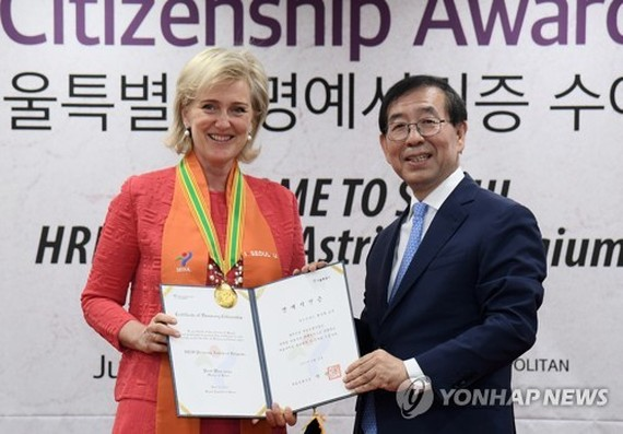 Princess Astrid of Belgium (L) poses for a photo with Seoul Mayor Park Won-soon after receiving honorary citizenship at Seoul City Hall on June 12, 2017. (Yonhap