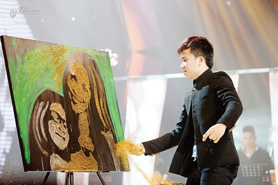 Painter Pham Hong Minh uses fire to create a portrait