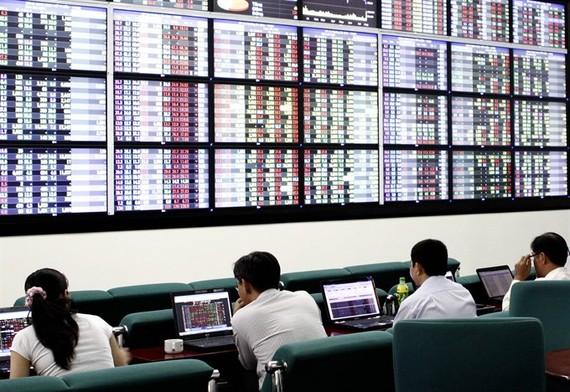 Investors at Maybank KimEng Securities Co in HCM City. — VNA/VNS Photo Hoàng Hải