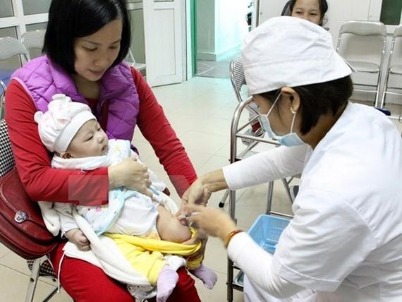 A doctor administers the Quinvaxem vaccine at the Trương Định Ward Clinic in the capital city's Hai Bà Trưng District. — VNA/VNS