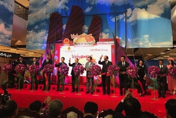 Prime Minister Nguyễn Xuân Phúc and Việt Nam's high-ranking delegation yesterday attended and cut the ribbon opening the second Vietnamese Goods Week in Thailand.– Photo nongnghiep.