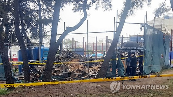 This photo, taken on Sept. 17, 2017, shows the rubble of Seoknan Pavilion in the city of Gangneung on South Korea's east coast after it collapsed following a fire. (Yonhap)