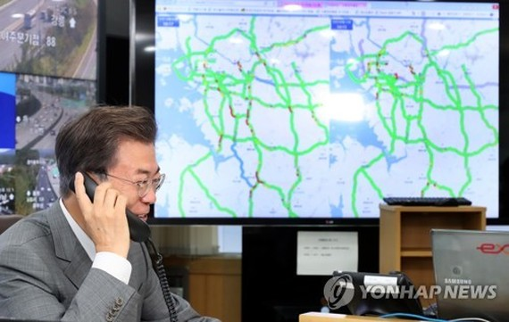 President Moon Jae-in broadcasts live the current traffic conditions as a daily traffic correspondent at the local radio station tbs in Seongnam, south of Seoul, on Oct. 2, 2017. (Yonhap)