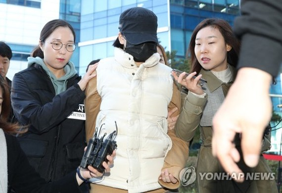 A 14-year-old girl (center) enters a court in Seoul on Oct. 30. 2017, to attend an arraignment after an arrest warrant was requested for her over the death of her middle school friend at the hands of her father. (Yonhap)