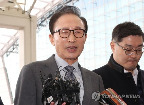 Former President Lee Myung-bak speaks to the press at Incheon International Airport, west of Seoul, on Nov. 12, 2017. (Yonhap)