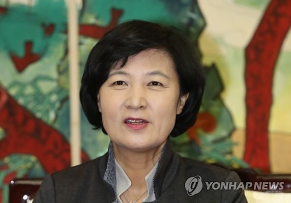 Choo Mi-ae, the leader of the ruling Democratic Party, speaks during a press conference at Gimpo International Airport before departing for China on Nov. 30, 2017. (Yonhap)