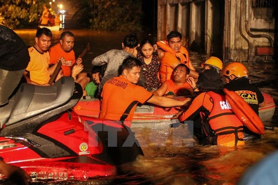 Thousands of people were evacuated after typhoon Tembin hits southern Philippines. (Photo: Xinhua/VNA)