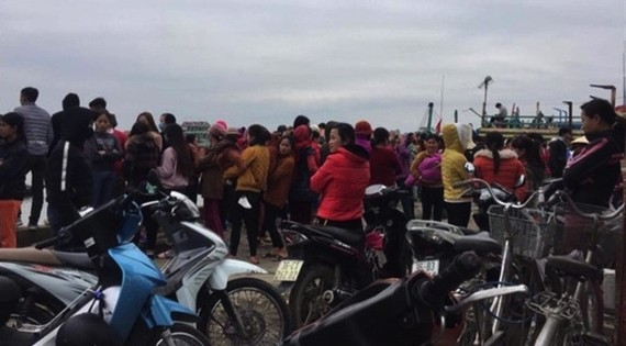 Local residents gather by the sea, awaiting news of the missing fishermen. – Photo dantri.com.vn Viet Nam News