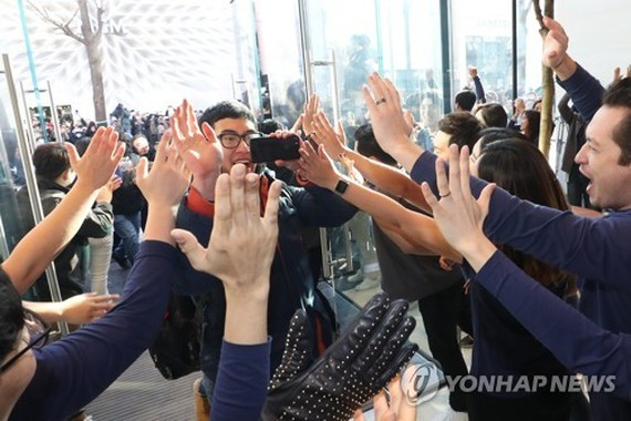 Apple opens its first store in S. Korea with fanfare