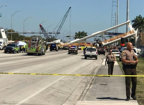 Police block a road near a newly installed pedestrian bridge that collapsed in Miami. – AFP/VNA Photo