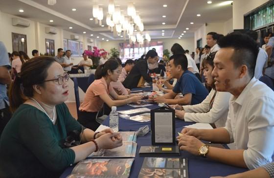 Quang Nam & Quang Binh provinces' enterprises exchange at the conference