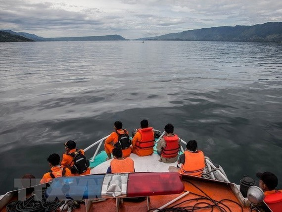 Rescuers search for missing victims in the boat accident in Lake Toba (Photo: AFP/VNA)