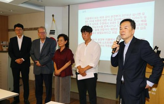 In this photo taken on Aug. 16, 2018, Barun Law partner Jason Ha (R) introduces owners of BMW vehicles that recently caught fire at a press conference in southern Seoul. (Yonhap)
