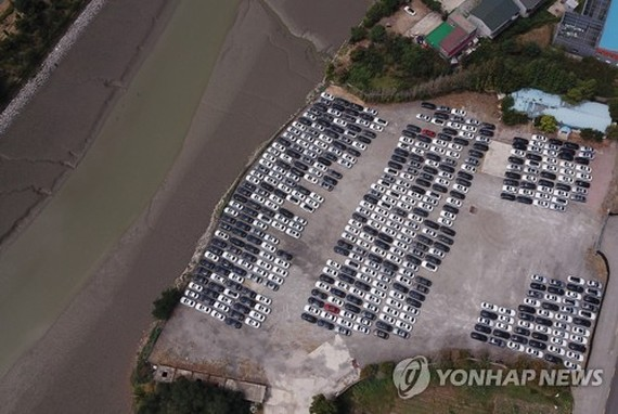 BMW vehicles are parked near the German carmaker's logistics center in Pyeongtaek, 65 kilometers south of Seoul, on Aug. 19, 2018. The carmaker is set to begin a recall of 106,317 of its vehicles the following day. (Yonhap)