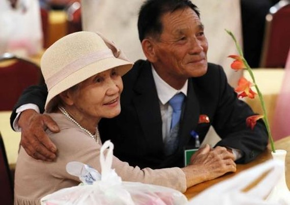In this photo taken by the Joint Press Corps, Lee Keum-seom, 92, poses with her son, Sang-chol, for pictures at their second group reunion at Mount Kumgang on Aug. 21, 2018. (Yonhap)