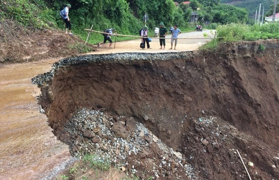 Landslides isolate Muong Lat district, traffic