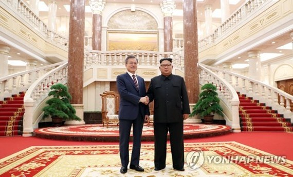 South Korean President Moon Jae-in (L) and North Korean leader Kim Jong-un shake hands before the start of their bilateral summit in Pyongyang on Sept. 18, 2018. (Joint Press Corps-Yonhap)