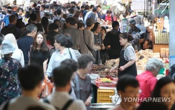 Shoppers crowd Gwangjang Market in downtown Seoul in preparation for the Chuseok holiday on Sept. 22, 2018. (Yonhap)
